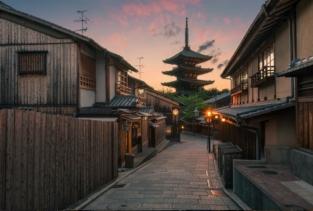 """Leslie Taylor, Yasaka Pagoda Sunset in Kyoto. Questa foto, definita """"la fotografia più bella di Kyoto"""", ritrae una strada apparentemente tranquilla che conduce alla Pagoda Yasaka."""