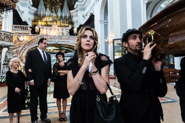 Ammore e malavita (2017), film dei Manetti Bros. Claudia Gerini in una scena del film