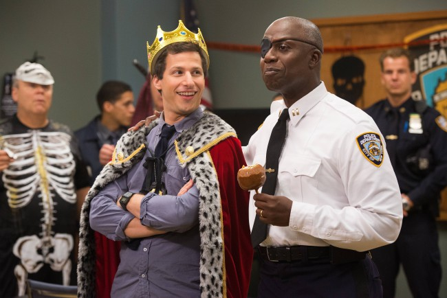 Il detective Jake Peralta (Andy Samberg) e il capitano Holt (Andre Braugher) in una scena della serie TV Brooklyn Nine-Nine. Amalia D'Anna ci parla di questa serie TV e del perché dovremmo guardarla. Foto © Chen/FOX