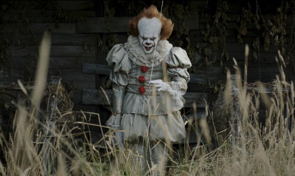 IT (2017) diretto dal regista Andrés Muschietti. Il film è tratto dall'omonimo romanzo di Stephen King. Nella scena, Bill Skarsgård interpreta Pennywise il clown