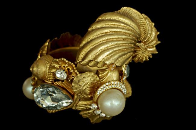 Gianfranco Ferré mostra Sotto un'altra luce Gioielli e Ornamenti Bracciale conchiglie PE 92