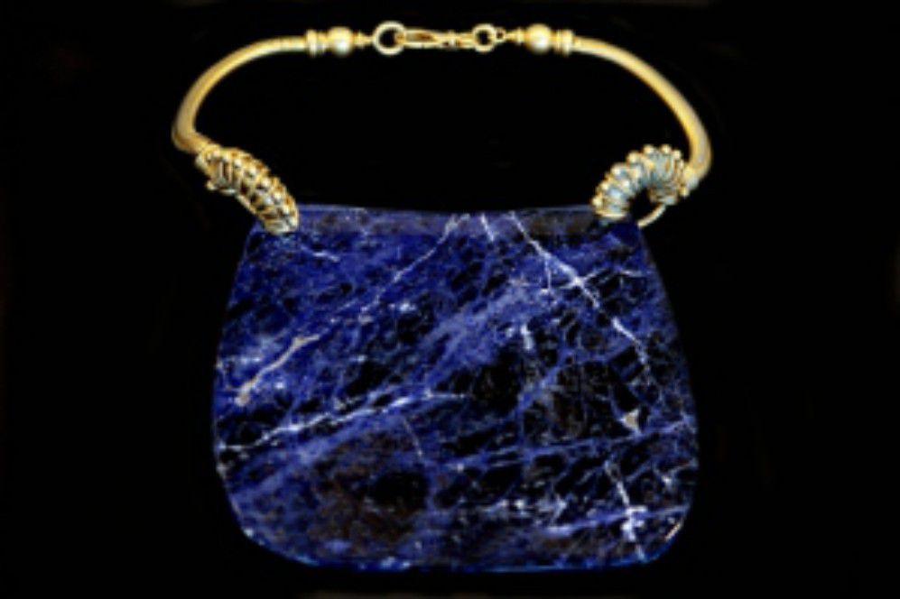 Gianfranco Ferré mostra Sotto un'altra luce Gioielli e Ornamenti Collana blu PE 97