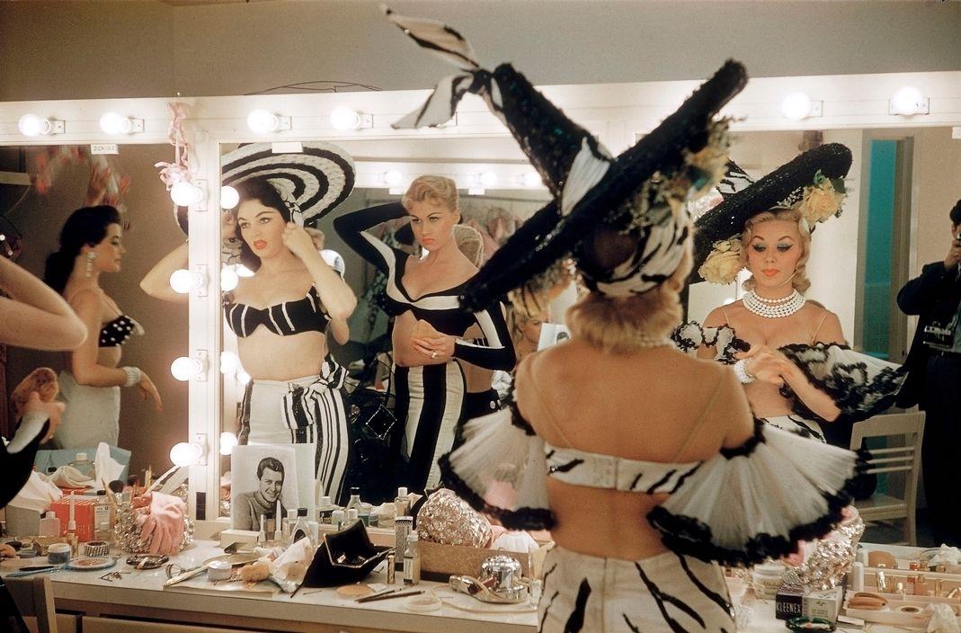 Elliott Erwitt, Tropicana Hotel, Showgirls backstage. Usa, Las Vegas, Nevada, 1957
