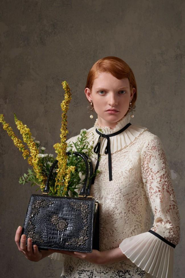Collezione Erdem X H&M. Blusa in pizzo bianco floreale da donna. Foto di Michal Pudelka