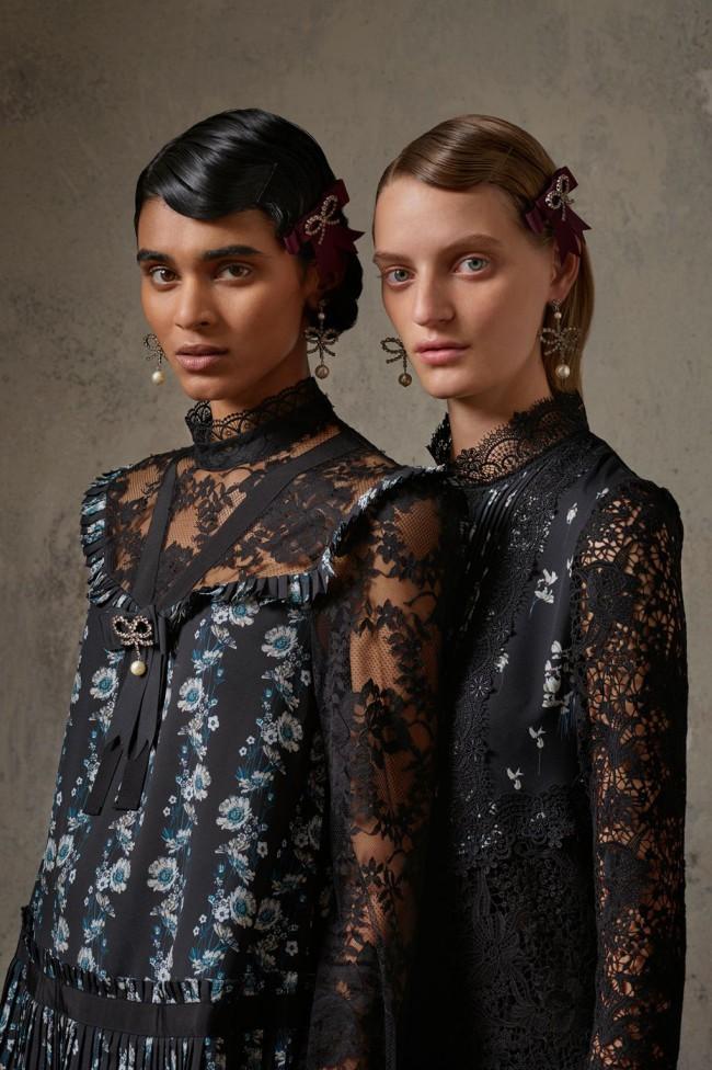 Collezione Erdem X H&M. Blusa in pizzo nero floreale da donna. Foto di Michal Pudelka