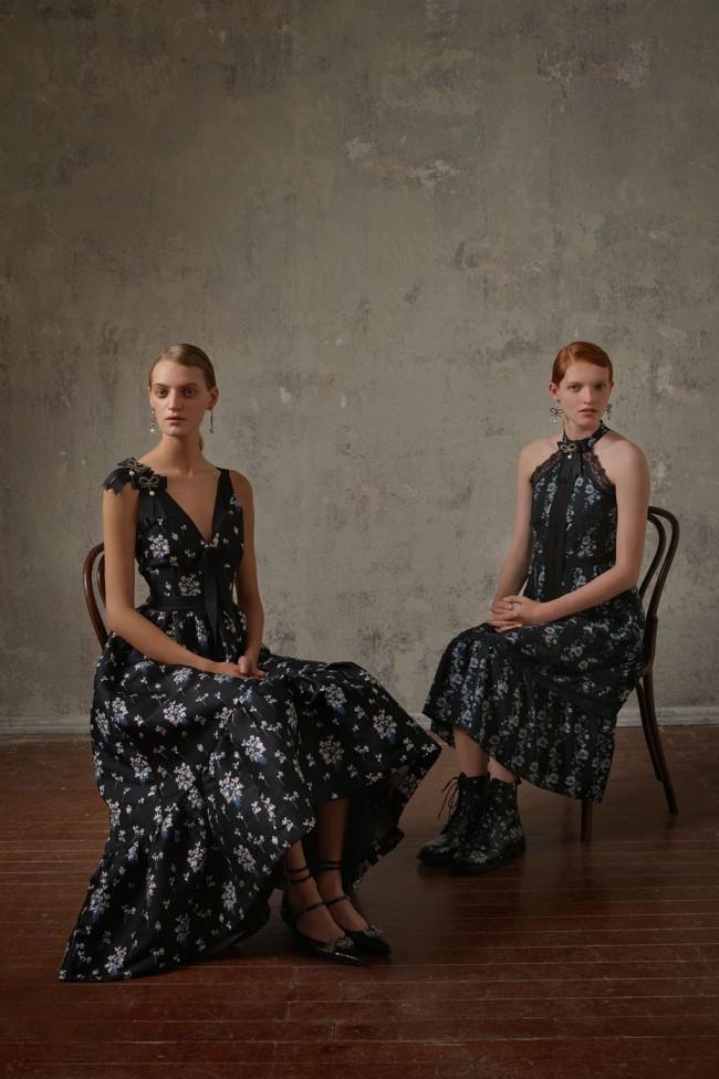 Collezione Erdem X H&M. Vestito lungo fashion da donna. Foto di Michal Pudelka