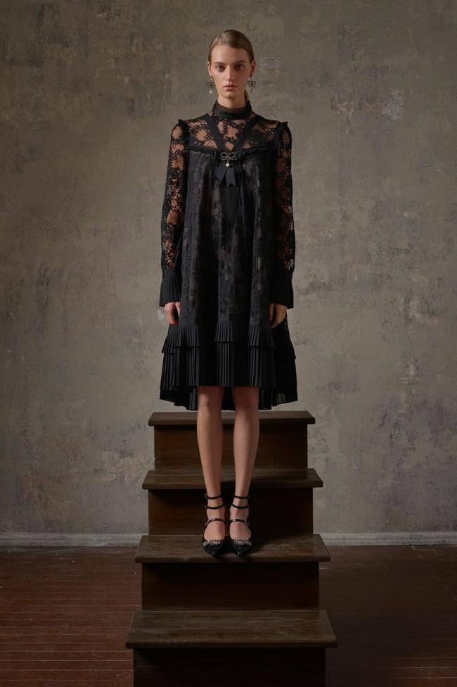 Collezione Erdem X H&M. Vestito nero dark in pizzo floreale da donna. Foto di Michal Pudelka