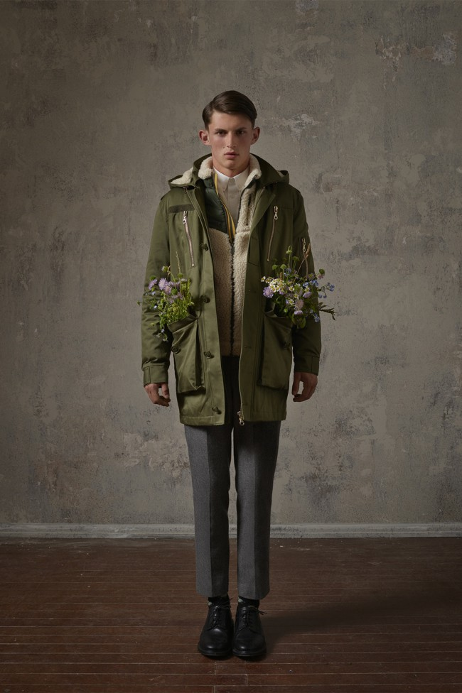 Collezione Erdem X H&M. Cappotto fashion da uomo. Foto di Michal Pudelka