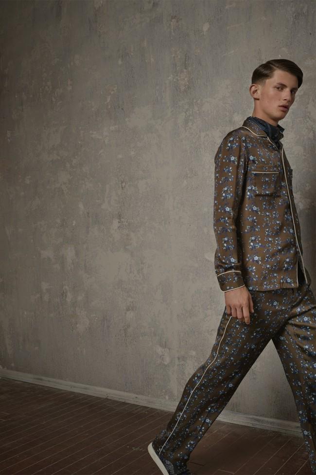 Collezione Erdem X H&M. Maglia e pantaloni da uomo a fiori. Foto di Michal Pudelka