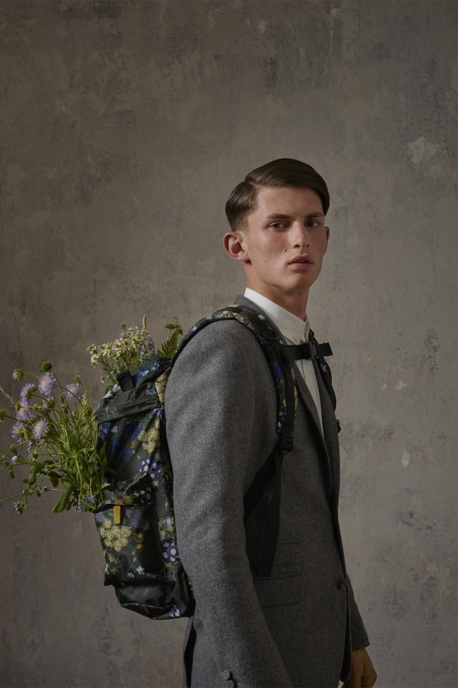 Collezione Erdem X H&M. Zaino da uomo floreale. Foto di Michal Pudelka