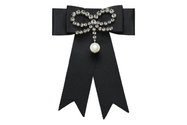Collezione Erdem X H&M. Fiocco nero con brillanti e perla