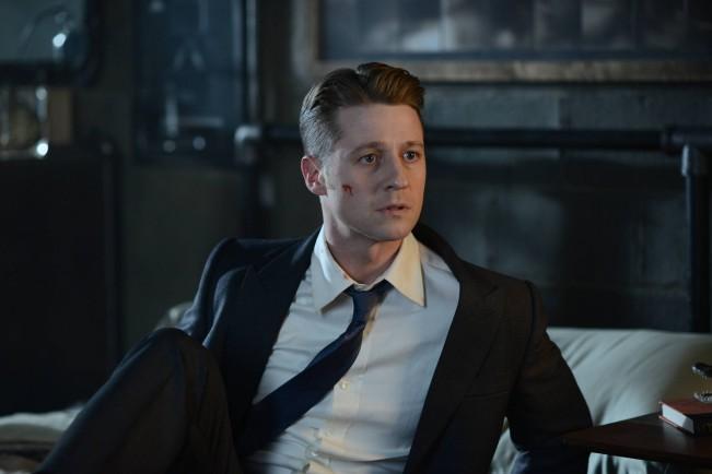 Gotham, serie TV. Benjamin McKenzie nei panni del commissario Gordon in una scena della serie TV