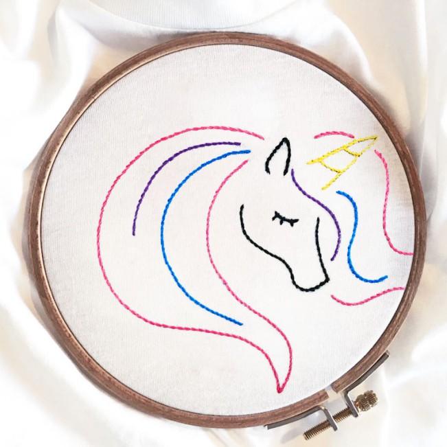 Intervista a Melidé. Foto: T-shirt Unicorn di Melidé, ecosostenibile, handmade e Made in Italy. Dettaglio del ricamo