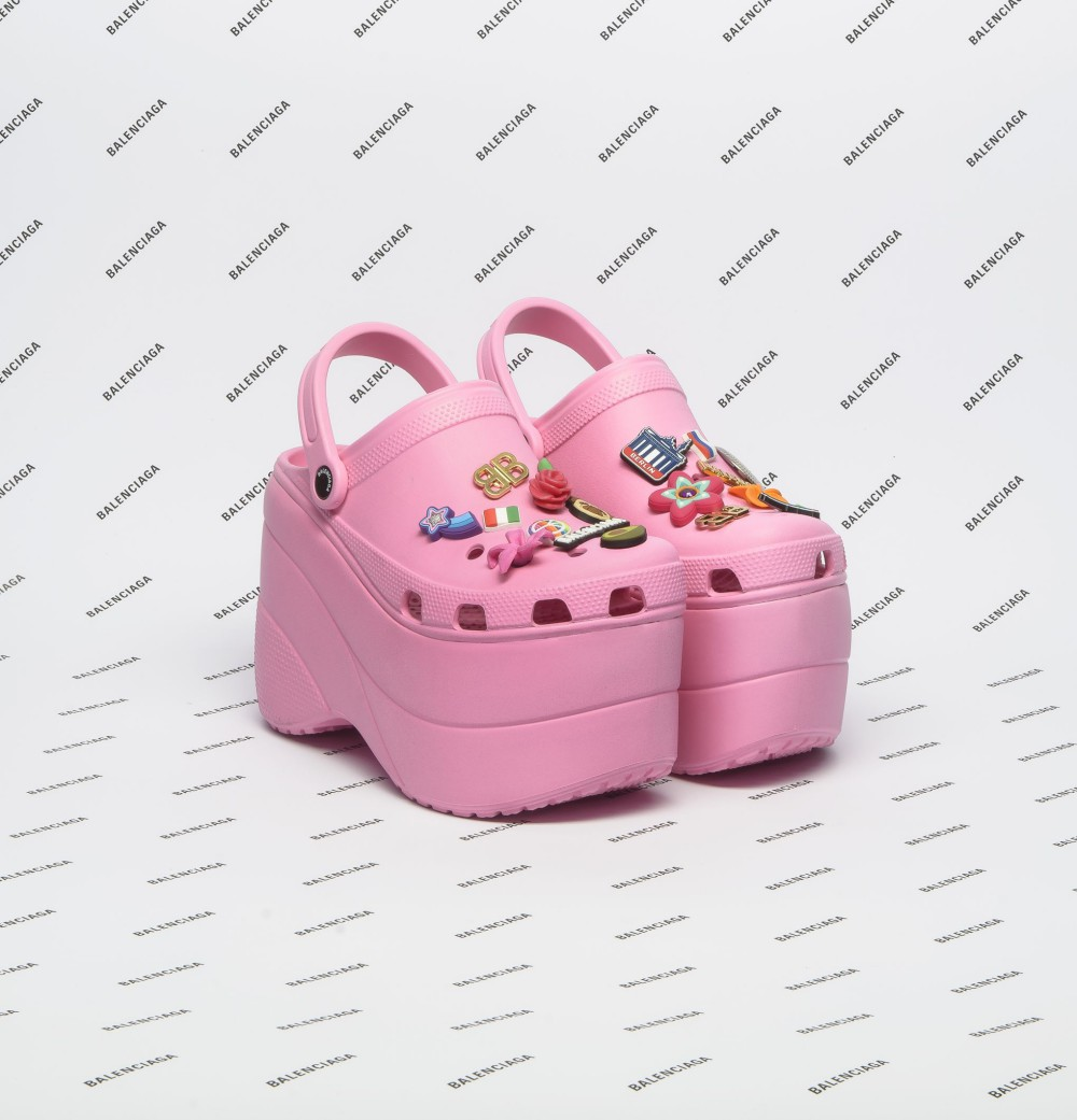 Crocs zeppate rosa tempestate di ninnoli in stile kawaii. Demna Gvasalia per Balenciaga