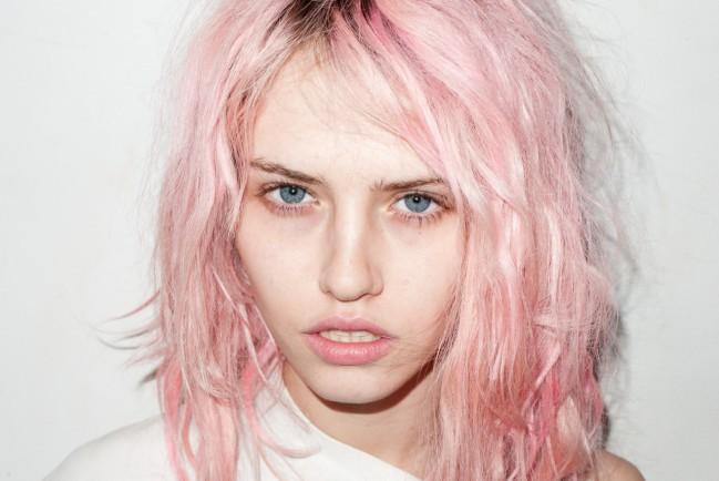 Charlotte Free by Terry Richardson. Millennial Pink, non solo un colore ma un atteggiamento. Nella foto, Charlotte Free con i capelli millennial pink