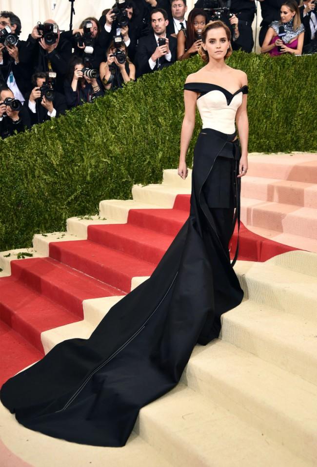 Emma Watson indossa un abito Calvin Klein & Eco-Age al MET Gala 2016. Ensemble creato con bottiglie di plastica riciclata