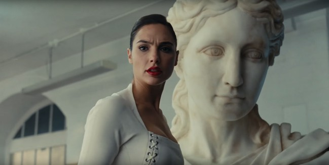 Wonder Woman in Justice League. Gal Gadot in una scena del film tratta dal trailer