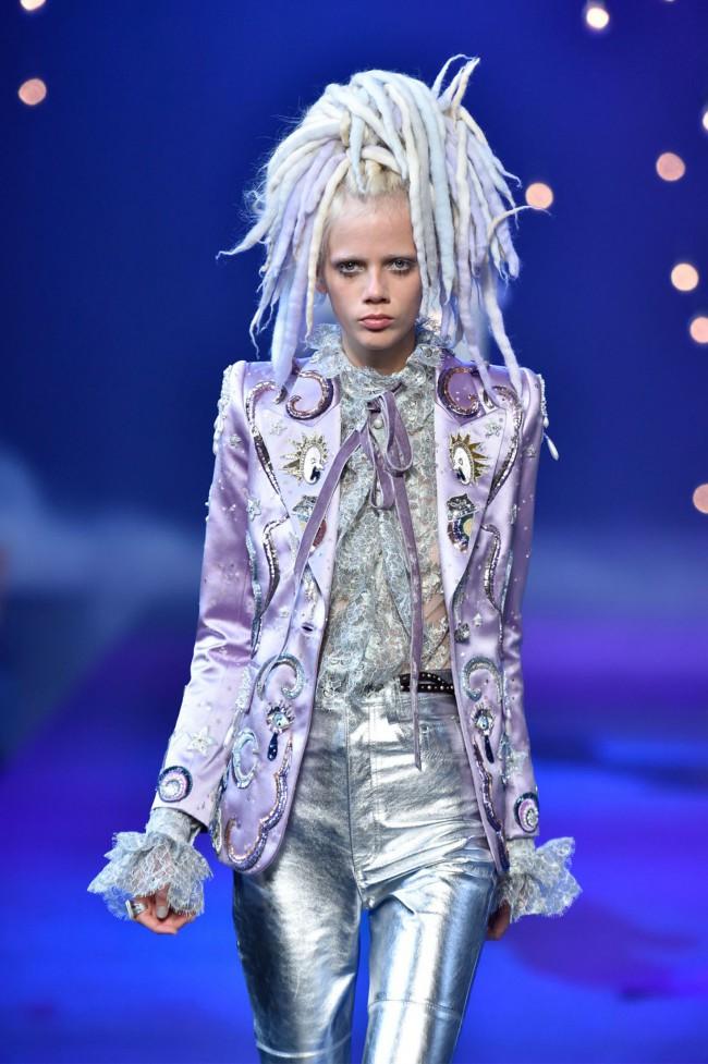 Marc Jacobs runway Spring Summer 2017 NYFW show. Marjan Jonkman con dreadlock arcobaleno