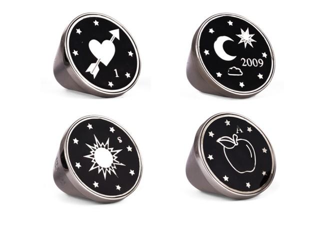 PEECH, anelli in argento neri con rebus. PEECH è un brand di gioielli Made in Italy, ideato e disegnato da Amedeo Piccione. I suoi gioielli hanno dettagli unici e un design elegante.