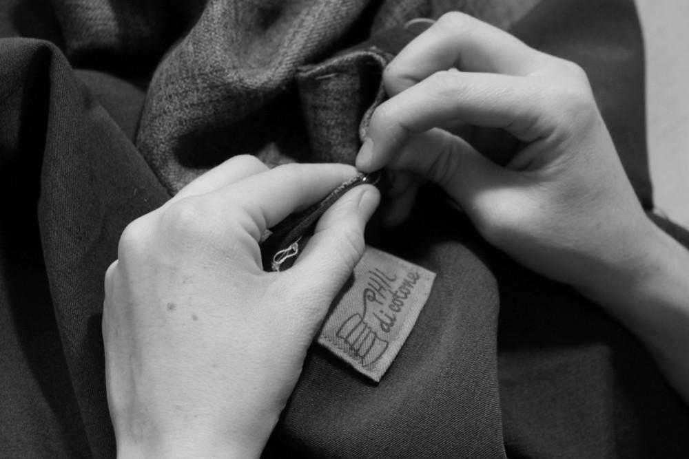 Intervista di Thy Magazine a Silvia, fondatrice di Phil di Cotone, artigianato sartoriale a Bologna. Fotografia etichetta Phil di cotone e mani in bianco e nero