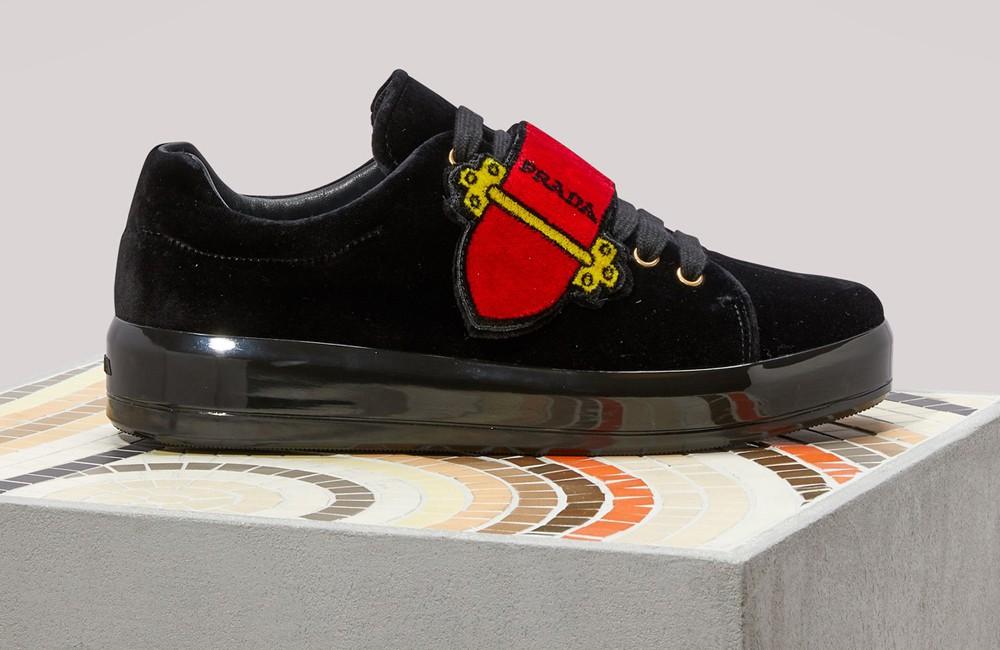 Prada sneakers in velluto nero ricamate. Tomaia: velluto ricamato. Stringhe in tinta con la tomaia e velcro con dettaglio fibbia Cahier.
