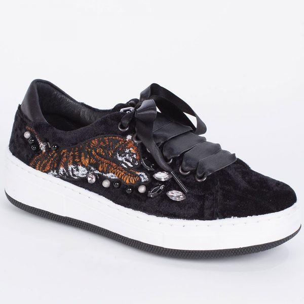 Dorshoes sneakers in velluto nero impreziosite con borchie, ricami e pietre.
