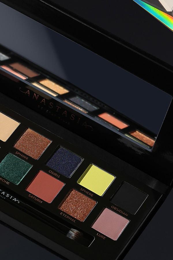 Prism Palette di Anastasia Beverly Hills. Palette di ombretti metallizzati e opachi con colori neutri. Questa palette è perfetta per un regalo natalizio