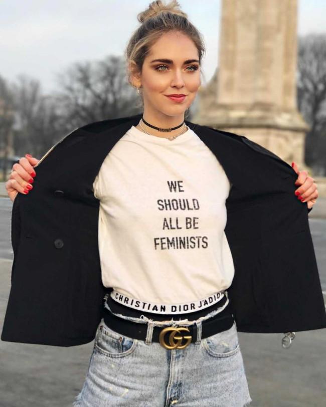 """Chiara Ferragni su Instagram con T-shirt """"We should all be feminists"""" by Maria Grazia Chiuri per Dior durante la Paris Fashion Week 2017"""