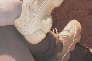 Kim Kardashian, Kanye West e la nuova campagna di Yeezy su Instagram. Foto: le sneaker Adidas Yeezy desert rat 500 white reflective indossate da Kim Kardashian