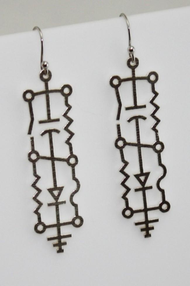 Orecchini stampa 3D di Layers By Design by Melissa Santelm. Questi gioielli, perfetti per un regalo, sono in argento grezzo