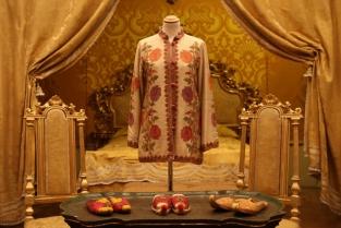 """""""Ricerche di stile. Gli Archivi Mazzini a Palazzo Tozzoni"""" è la mostra a Imola sugli abiti simbolo della storia della moda"""