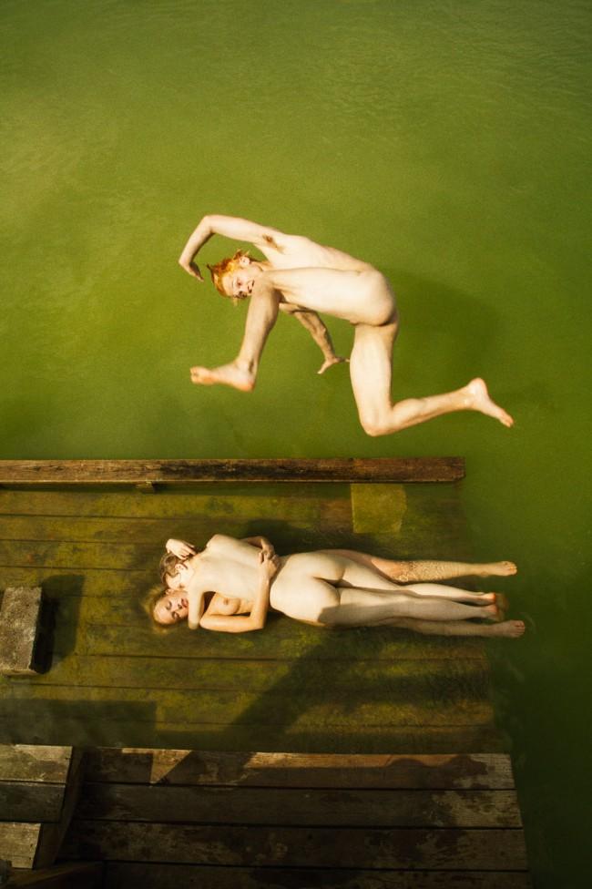 """Ryan McGinley, Green Crash, 2013. """"Way Far"""" serie. Nel lavoro del fotografo americano Ryan McGinley troviamo tutto. Sentimenti e pulsioni che talvolta tendiamo a nascondere, ritratti in modo perfetto."""