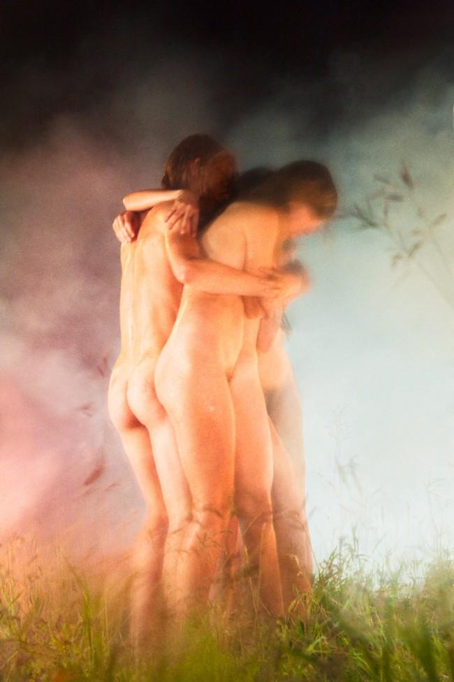 """Ryan McGinley, Huddle, 2012. """"Way Far"""" serie. Nel lavoro del fotografo americano Ryan McGinley troviamo tutto. Sentimenti e pulsioni che talvolta tendiamo a nascondere, ritratti in modo perfetto."""