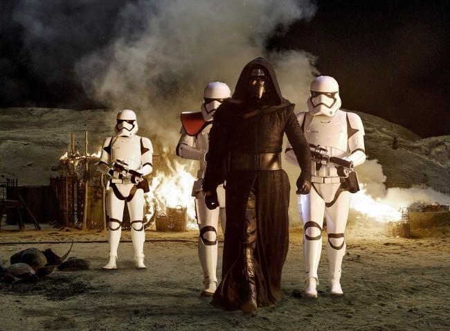 Star Wars: episodio VIII - Gli ultimi Jedi finalmente al cinema. Adam Driver nei panni di Kylo Ren in una scena del film con al seguito un manipolo di Stormtrooper