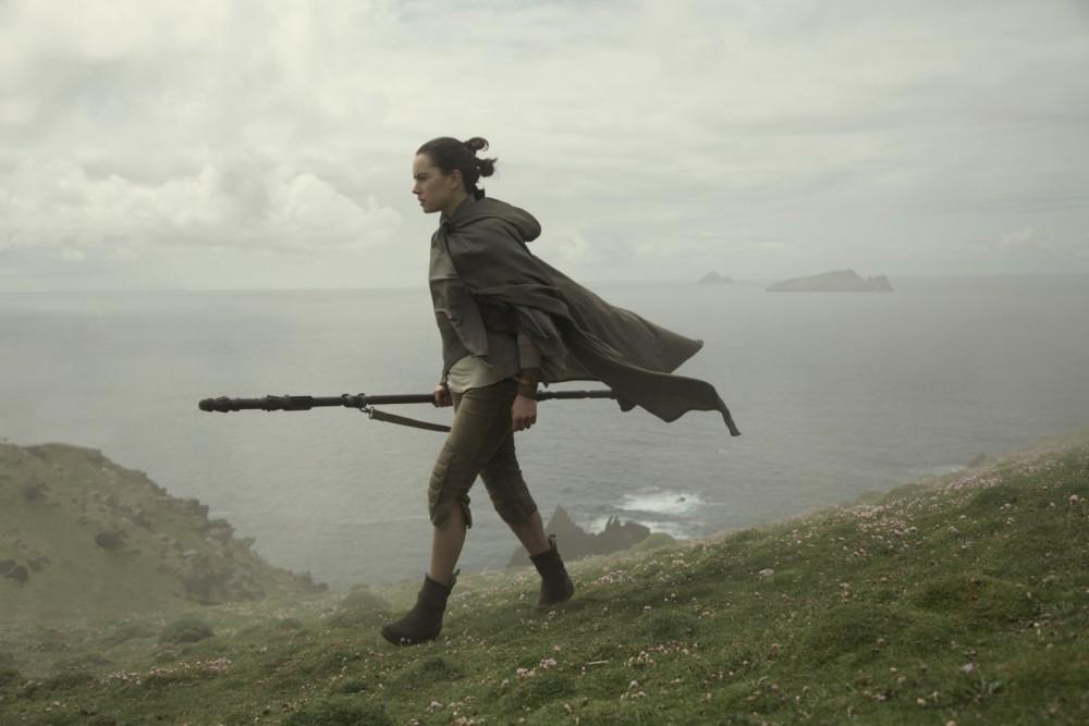 Star Wars: episodio VIII - Gli ultimi Jedi finalmente al cinema. Daisy Ridley nei panni di Rey in una scena del film