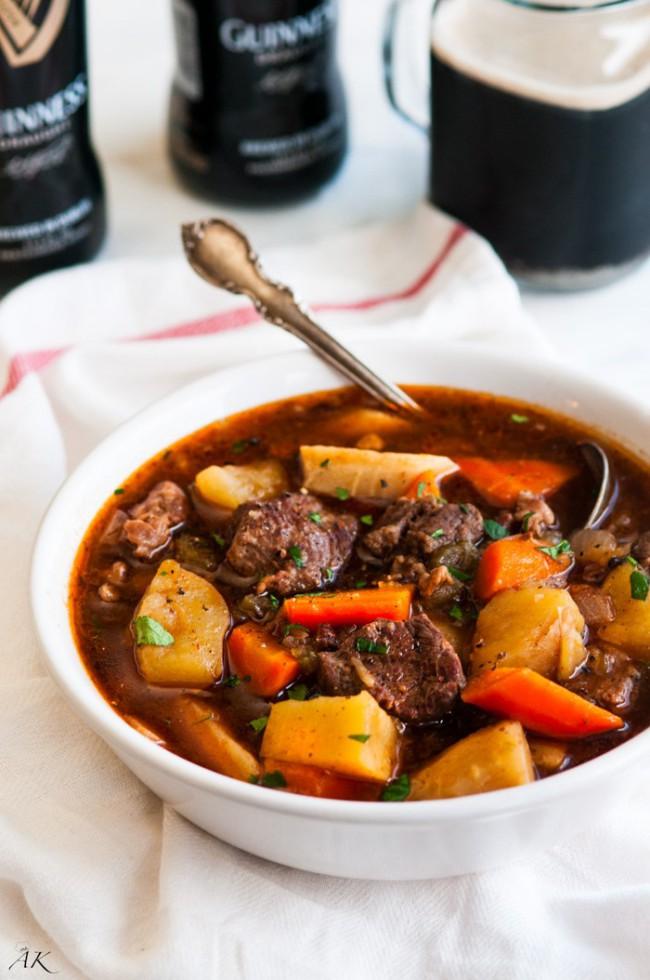 Stufato di carne irlandese con patate, verdure e salsa Guiness, Irish stew. Guida di Dublino: cosa mangiare