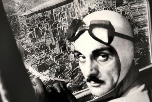 Carlo Mollino in 'Trucco aereo', assieme a Piero Martina mette in scena un volo sopra Manhattan, 1942