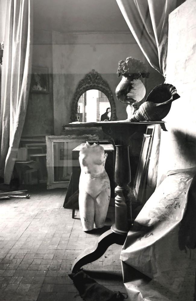 Camera incantata, 1938-1940, realizzata nello studio del pittore Piero Martina. In uno spazio come un palcoscenico, Mollino dispone due soggetti principali: il busto in gesso della Venere di Milo e il proprio volto riflesso nello specchio. Scultura e autoritratto s'incontrano nello spazio metafisico della fotografia