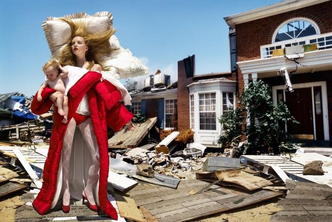 """The House At The End Of The World, 2005 © David LaChapelle Studio. Nella mostra """"Viktor & Rolf: Fashion Artists 25 Years"""", oltre 45 capi provenienti dall'archivio della maison e da importanti collezioni museali"""