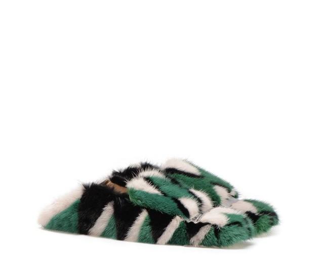 Sergio Rossi, slipper in pregiato visone radiant green, con placca distintiva in metallo argentato e punta squadrata. Impreziosita da patch geometrici multicolor per un look glamour e lussuoso. Tendenze geometriche e must have inverno 2017/2018