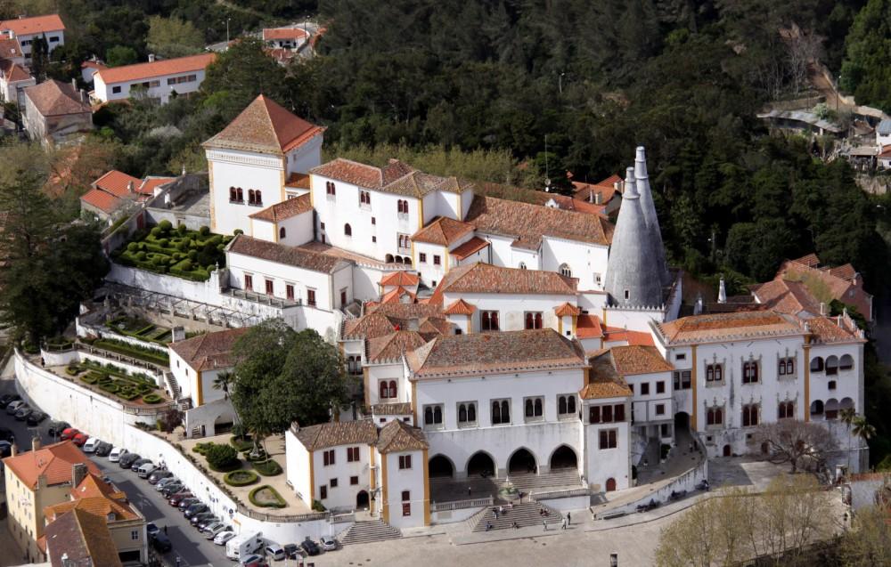 Sintra, Portogallo, Palácio Nacional. Sintra è per il Portogallo una meta turistica. Di quelle vere, con turisti veri muniti di macchina fotografica, smartphone e bastoni per i selfie. Si tratta di un luogo intriso di una magia tutta sua e per questo motivo va visitato.