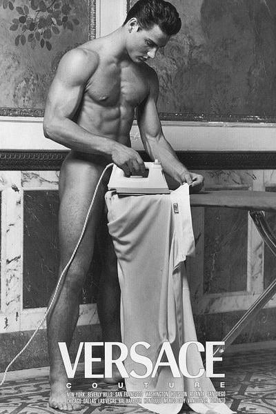 Versace Uomo, primavera estate, 1995. Alex Lundqvist con ferro da stiro nella campagna pubblicitaria by Bruce Weber