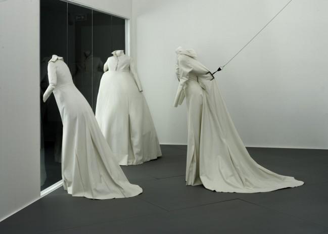 Viktor & Rolf, L'Hiver de l'Amour: three white dresses, Spring 1994. Foto: Ernst Moritz