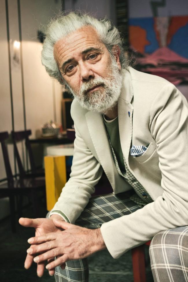 Filippo Tortorielli, testimonial della campagna Primavera Estate 2018, indossa giacca e gilet in lino e cotone a quadri. Salerno, made in Campania. Alessandro Gilles