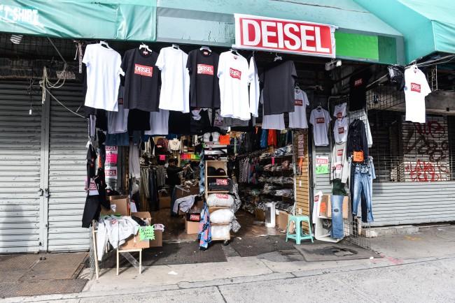 """Diesel, pop-up store a Canal Street, Chinatown, New York. L'ultima trovata di Diesel è la collezione """"Deisel"""". Vediamo il caso e altri celebri falsi del mondo della moda!"""