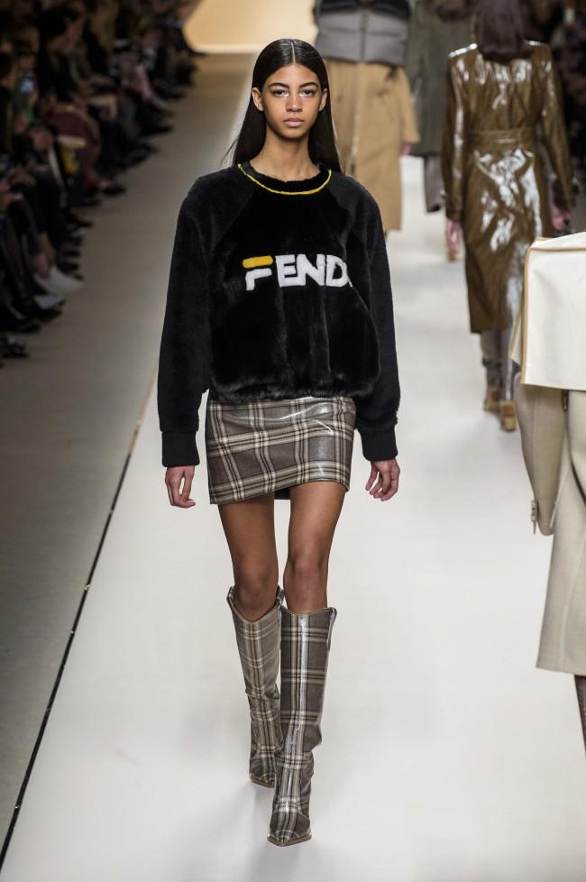 Fendi Autunno Inverno 18-19 Milano Fashion Week, tendenze moda donna. Hey Reilly prende in prestito lettering e colori della storica Fila