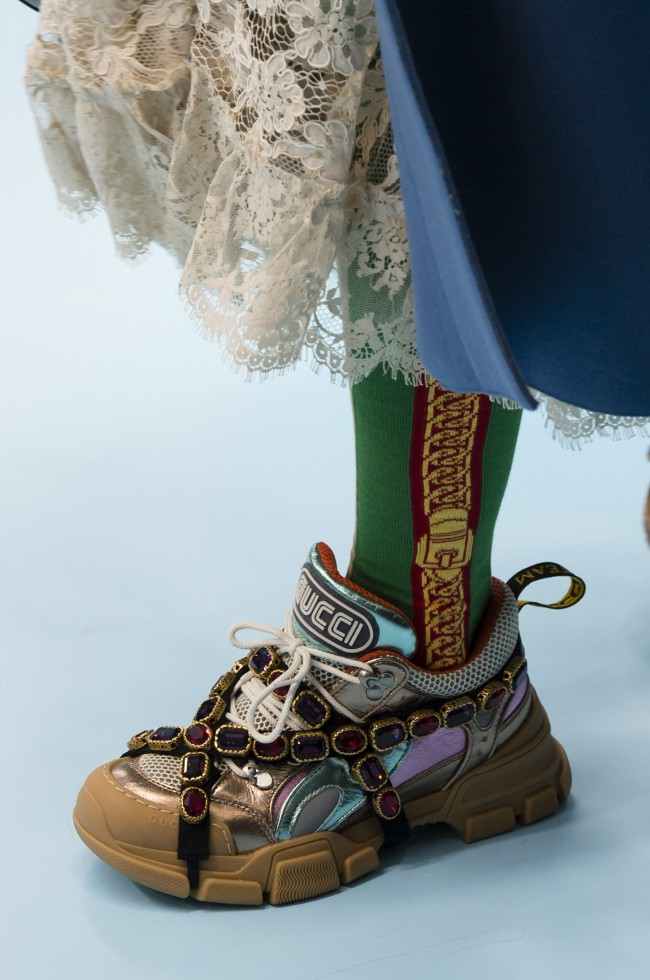 Gucci Autunno Inverno 18-19 Milano Fashion Week, tendenze moda donna. Chunky sneakers color kaki con gemme rosso rubino by Alessandro Michele