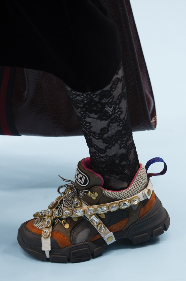 Gucci Autunno Inverno 18-19 Milano Fashion Week, tendenze moda donna. Chunky sneakers color kaki con gemme rosso rubino by Alessandro Michele