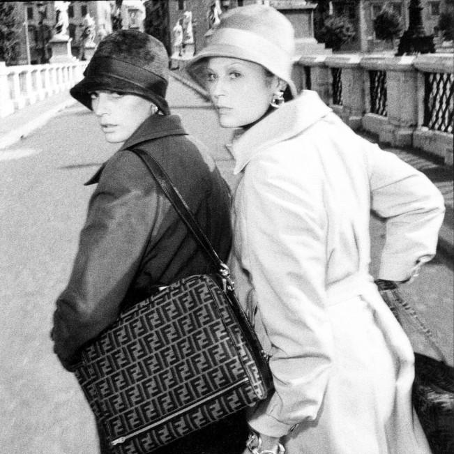 """""""Italiana: L'Italia vista dalla moda 1971-2001"""" è la mostra a Palazzo Reale di Milano. Fashion week MFW. Abiti Laura Biagiotti, acessori Fendi. Foto: Oliviero Toscani"""