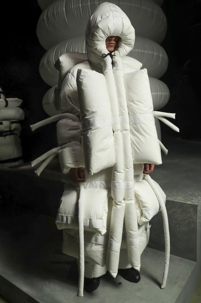 """Moncler Autunno Inverno 18-19 Milano Fashion Week by Craig Green, tendenze moda donna: il piumino. Progetto """"Genius"""". Foto: imaxtree"""